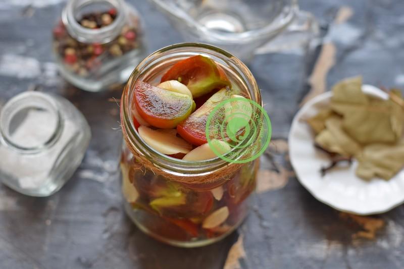 Маринованные бурые помидоры дольками с чесноком рецепт приготовления